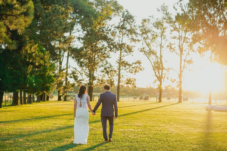novios-fotografía-de-casamiento-atardecer